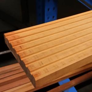 Niové dekdeel geschaafd hardhout 28x145x2400mm